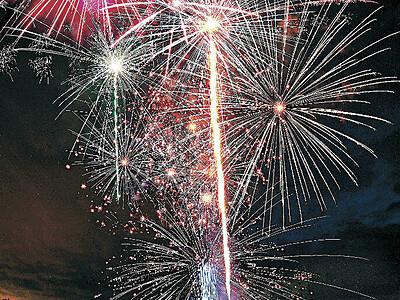 コロナ収束願う大輪 石川など全国で花火一斉打ち上げ