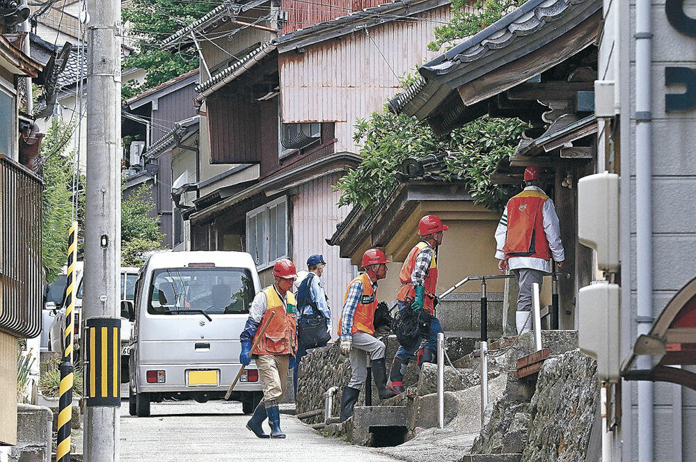 捕獲作業を進める猟友会員や金沢東署員=金沢市山の上町