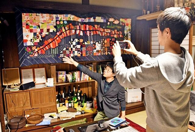 オンライン宿泊で、宿内を案内する中谷さん(左)と野村さん=福井県南越前町今庄の「地域まるっと体感宿 玉村屋」
