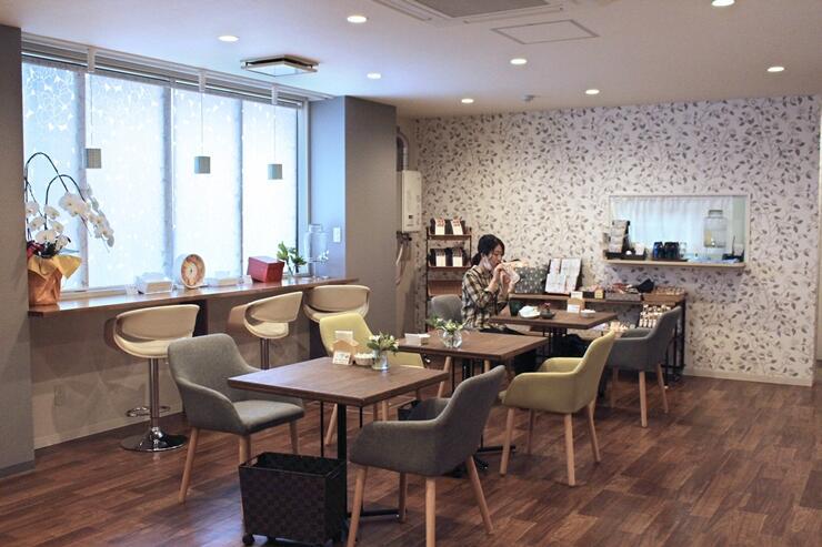 新しくオープンしたゲストハウス「じんく」のカフェコーナー=佐渡市両津湊
