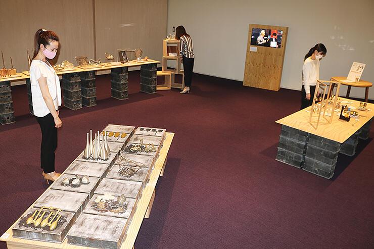 鋳型と製品を組み合わせたインスタレーション(手前)などが並ぶ展示スペース