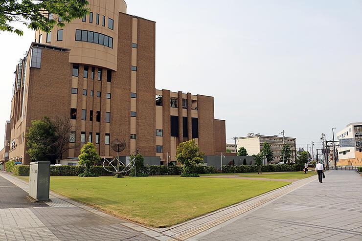 3人制バスケットボールコートの整備場所となる芝生広場。奥はとやま自遊館=富山市湊入船町