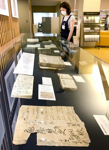江戸時代の疫病に関する歴史資料を紹介している展示コーナー=6月5日、福井県越前市中央図書館