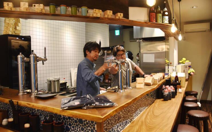 開店準備に励む岸田さん(左)ら