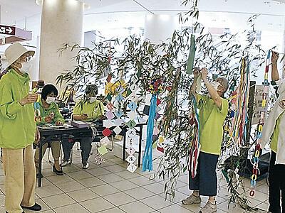 もてなし隊活動再開 金沢駅地下広場で七夕飾り設置