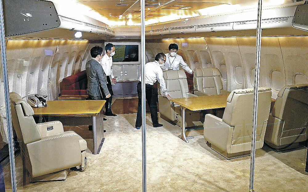 一般公開された前政府専用機の貴賓室=小松市の県立航空プラザ