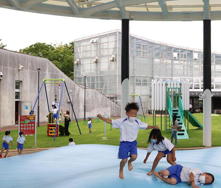 屋根付きふわふわドームなどの遊具に歓声を上げる園児=氷見市海浜植物園