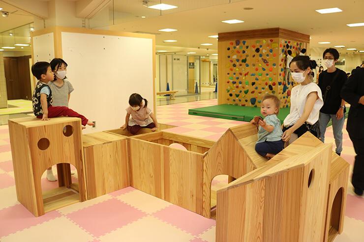 木製遊具やボルダリング用の壁を用意した「オタヤ子ども広場」=御旅屋セリオ