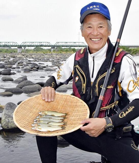 大きく育ったアユが次々と釣れ、笑顔の組合員=6月6日、福井県永平寺町松岡上合月
