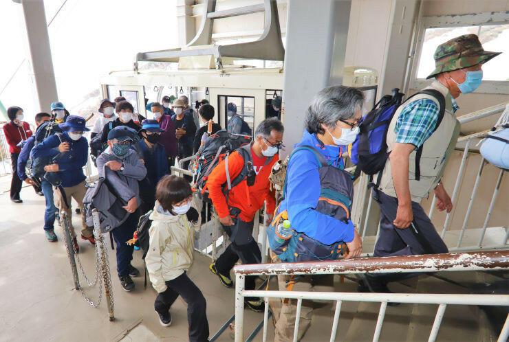 運行を再開した中央アルプス駒ケ岳ロープウェイの最初の便で千畳敷駅に到着した人たち=6日午前9時7分、駒ケ根市