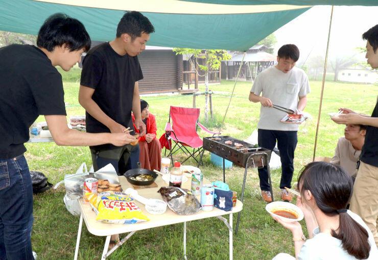 戸隠キャンプ場でバーベキューを楽しむ児玉さん(左から2人目)ら