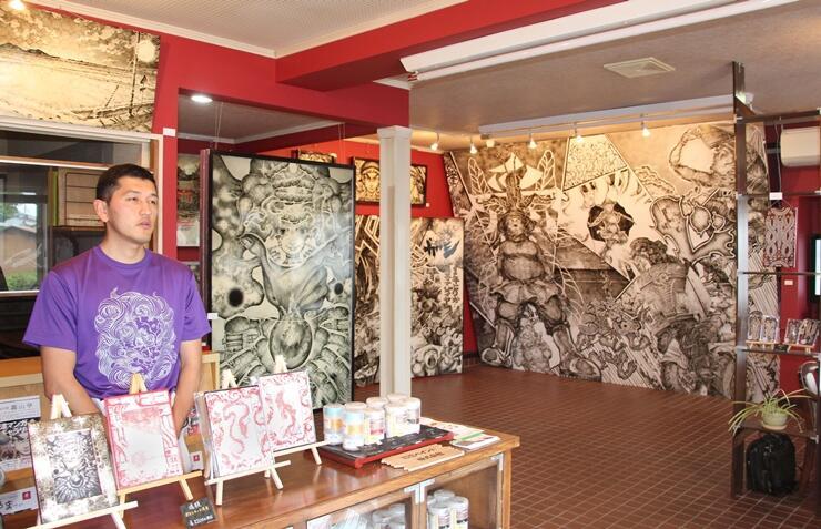 漆漫画を描く竹井友輝さんの作品を展示したギャラリー=新潟市北区