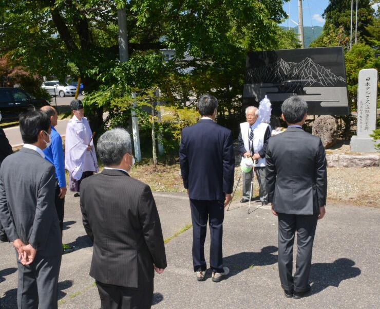遭難者慰霊碑の前で登山の安全を祈願した「針ノ木岳慎太郎祭」の参加者
