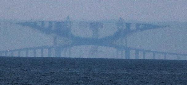 反転して見える新湊大橋
