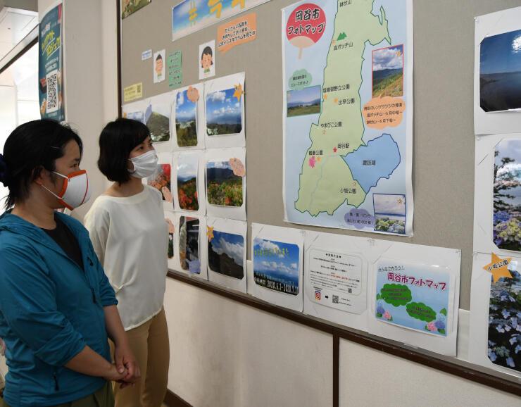 岡谷の夏を題材にした写真を紹介しているJR岡谷駅の掲示板