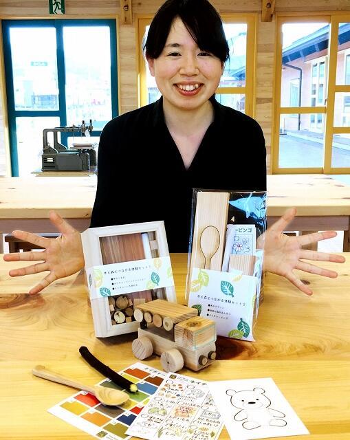 木の車やスプーンなどが手作りできる木育体験キット=福井県池田町薮田の「あそびハウスこどもと森」