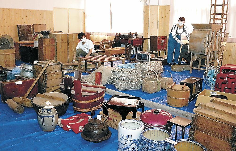 住民から提供を受けた生活道具を仕分けるスタッフ=珠洲市大谷町