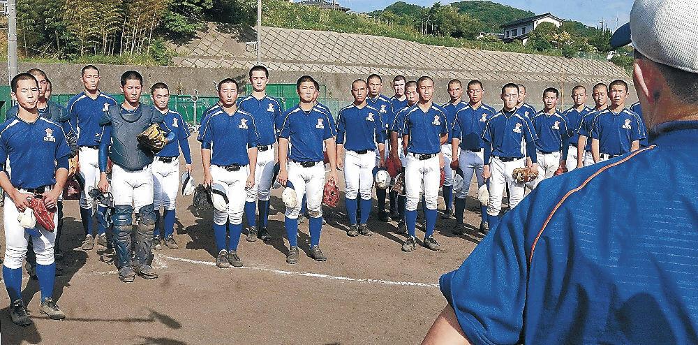 交流試合出場を伝えられる星稜高野球部員=金沢市の同部グラウンド