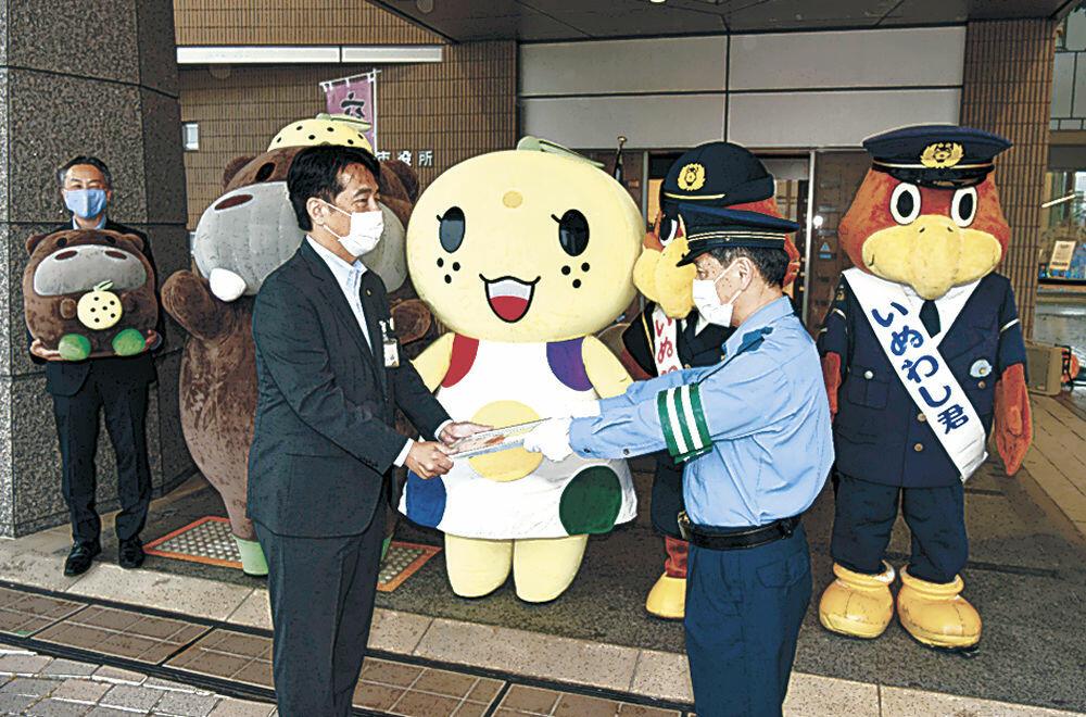 能美市公式キャラクターへの委嘱状を受け取る井出市長(手前左)=同市役所