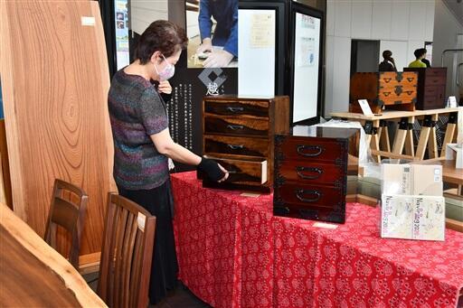箪笥などが並ぶ「木工七人展」=6月12日、福井県福井市のアオッサ