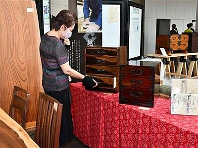 越前市の木工職人、家具や小物展示 14日まで
