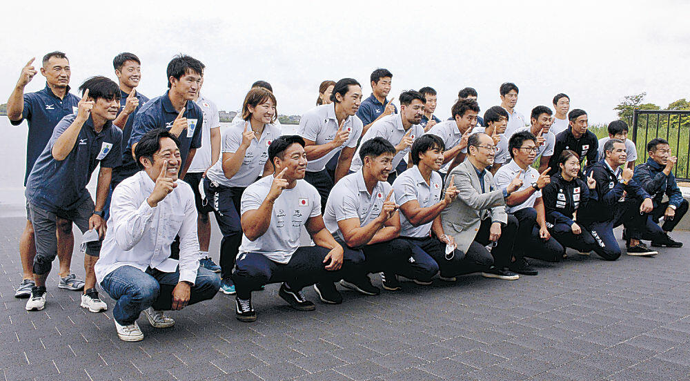 記念写真に納まる松下選手(前列左から2人目)=小松市の木場潟カヌー合宿木場潟で激励受け