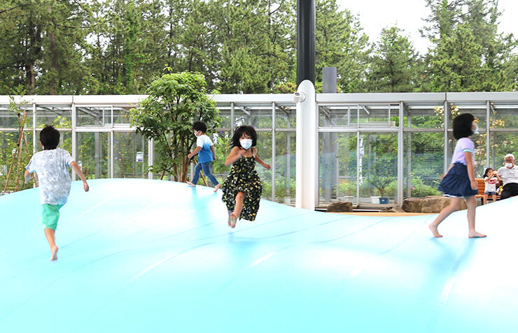ふわふわドームで元気に遊ぶ子どもたち=氷見市海浜植物園
