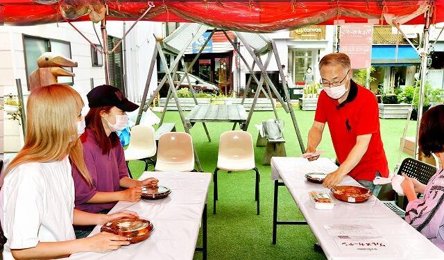 屋外で料理を楽しめる新栄テラスのグルメガーデン=6月12日夜、福井県福井市中央1丁目