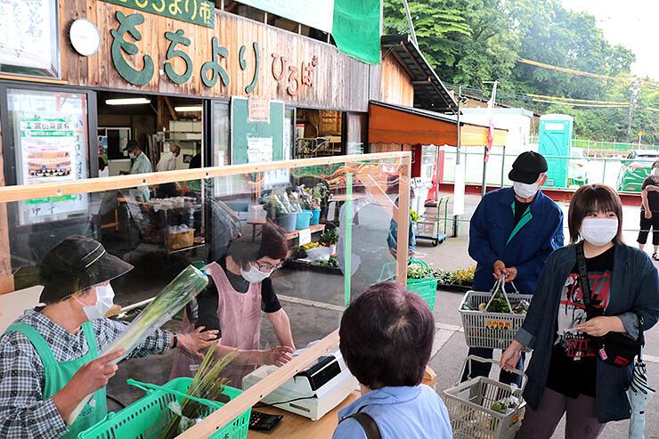 今シーズンの営業が始まった松倉もちより市。レジには透明シートを設置した