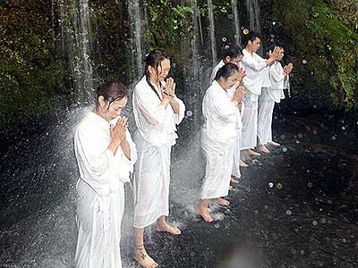 滝に打たれ心身清める 上市・大岩日石寺