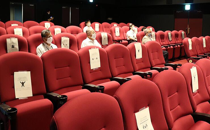 幅広の座席に取り換えた劇場。新型コロナ感染防止のため、座れる席を制限している