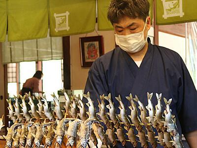 旬のアユ香ばしく 庄川の料理店