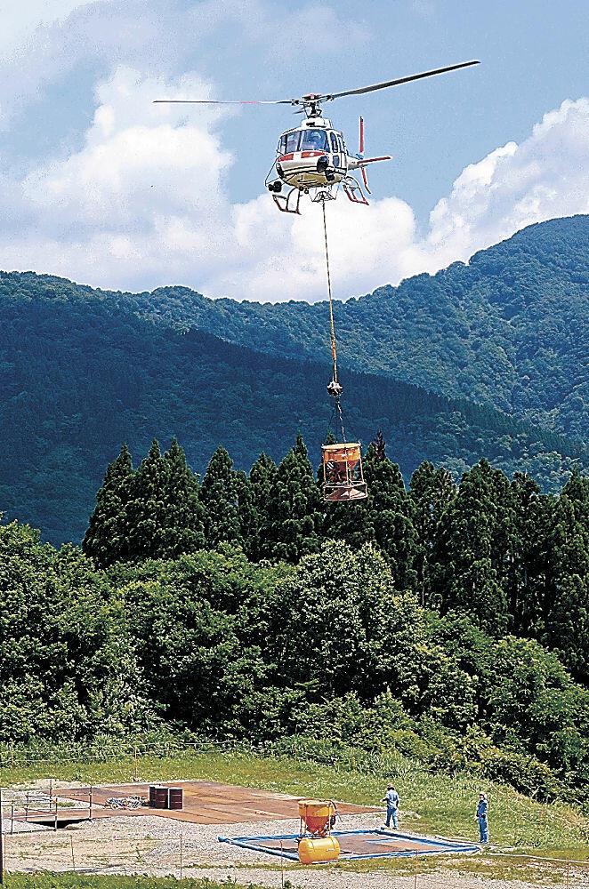 種子を散布するため斜面崩落地に向かうヘリコプター=白山市の白山一里野温泉スキー場