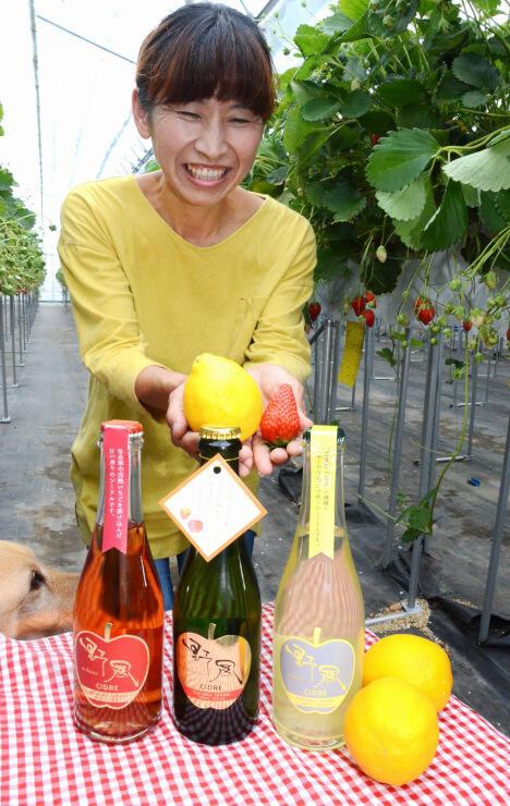 喬木村でポム・ド・リエゾンとして活動する清水さん。リンゴにマイヤーレモンを合わせたシードル(右)も発売した