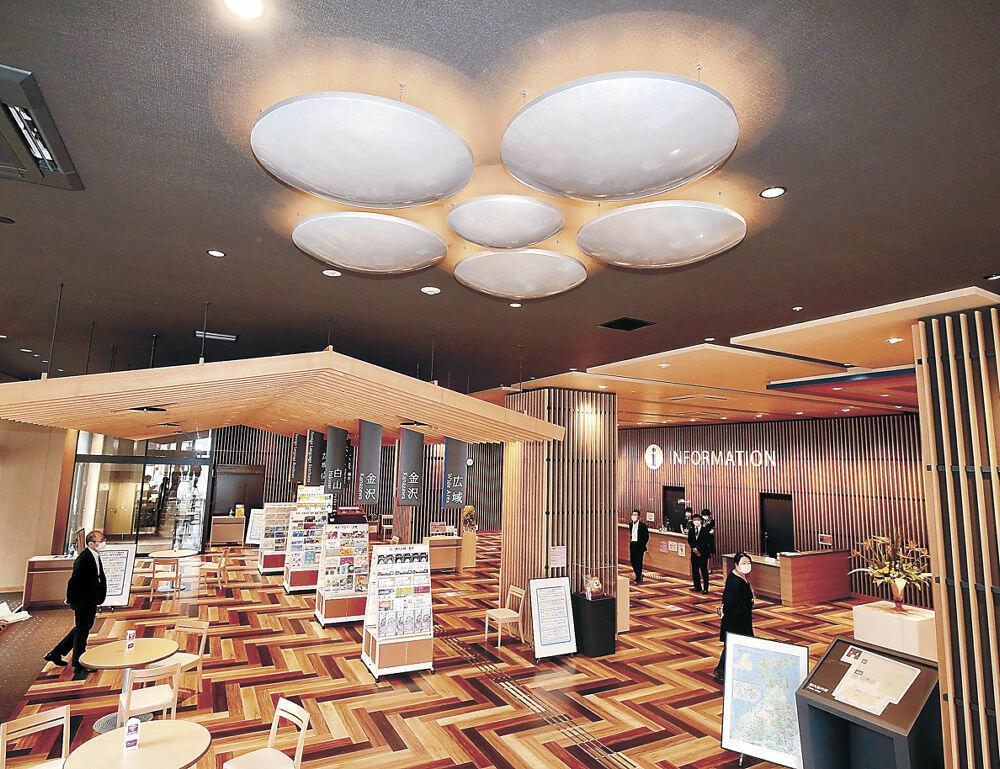 19日にプレオープンする金沢中央観光案内所の内部=金沢市南町