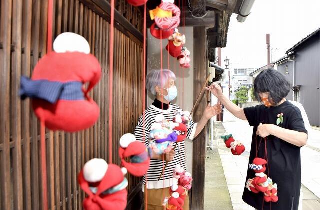 博物館通りの一角に取り付けられたつるし飾り=6月18日、福井県敦賀市相生町