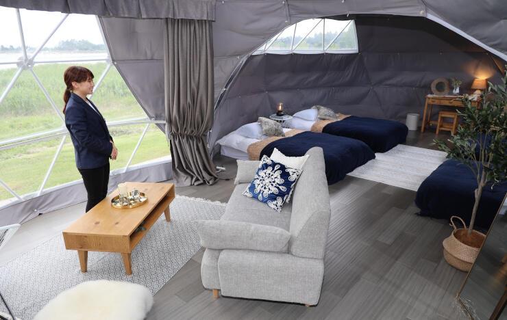 オープンしたグランピング施設の内部。二つのテントを組み合わせる「ツインドーム」型とした