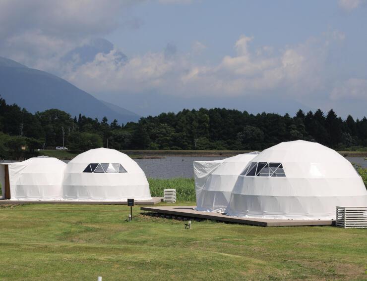 霊仙寺湖畔に立ち並ぶグランピング施設のテント