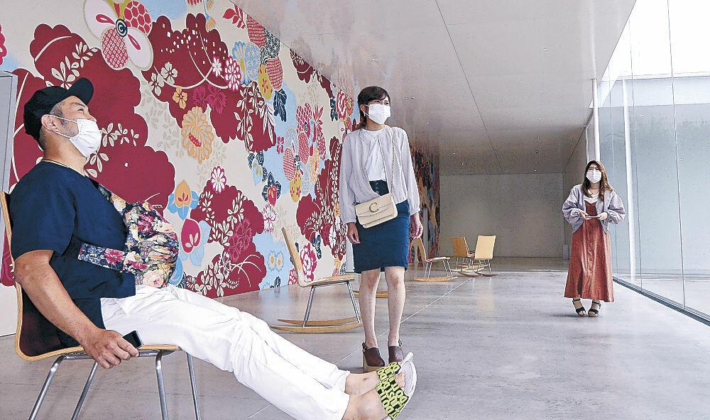 無料ゾーンで展示品を鑑賞する来館者=金沢21世紀美術館