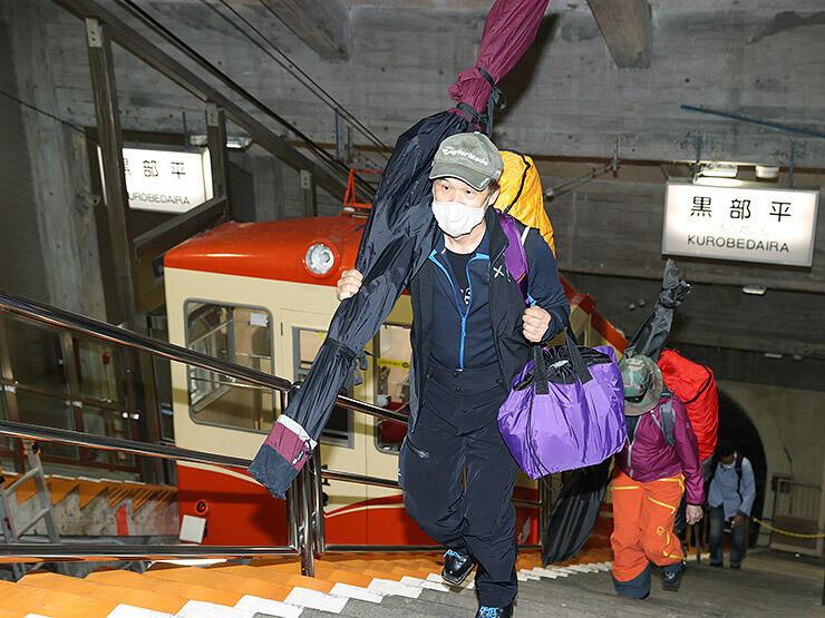 立山黒部アルペンルートの営業が再開し、室堂に向かうスキーヤー=黒部平駅