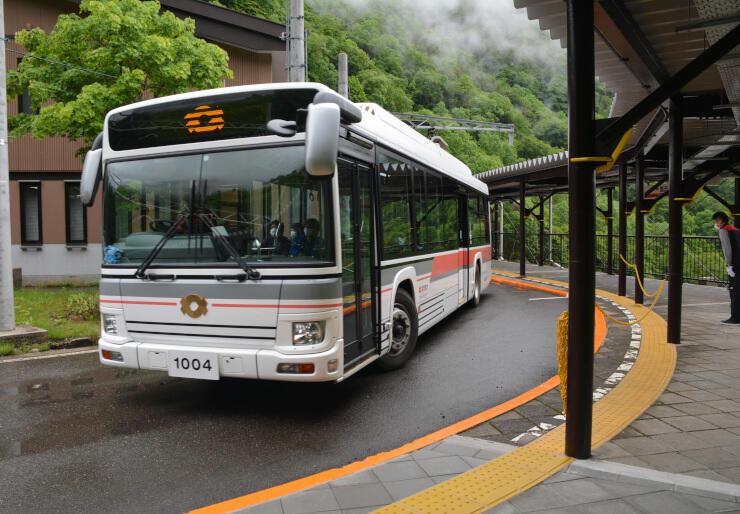 立山黒部アルペンルートが営業を再開し、扇沢駅を出発する電気バス