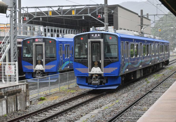 7月4日から営業運転を始める新型車両「SR1系」=19日、千曲市のしなの鉄道戸倉駅
