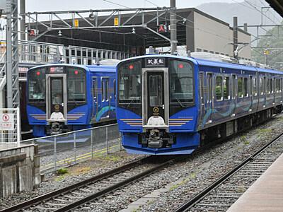 濃い青色は「高原の風」 しなの鉄道が新型車両公開