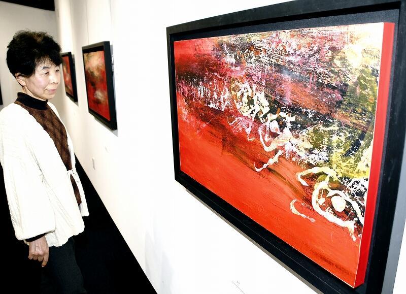 生命の根源を表した油絵などが並ぶ「真瀬宏子展」=若狭町熊川の熊川宿若狭美術館