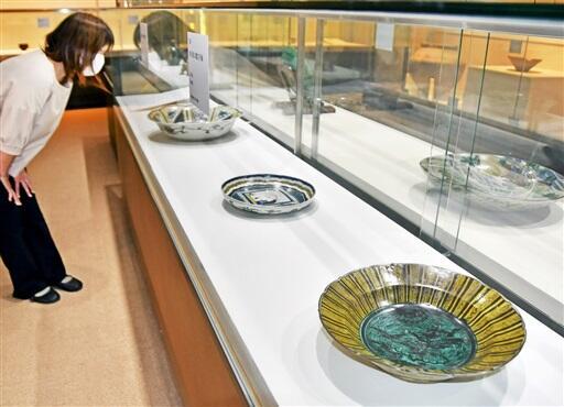 九谷焼など石川県の焼き物が並ぶ企画展=越前町の県陶芸館