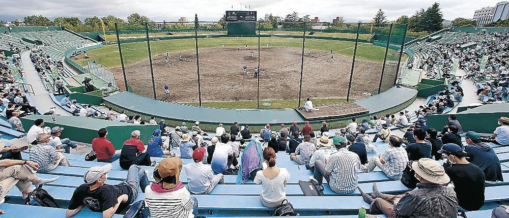観客を入れた県営富山野球場で待望の開幕ゲームを観戦するファン