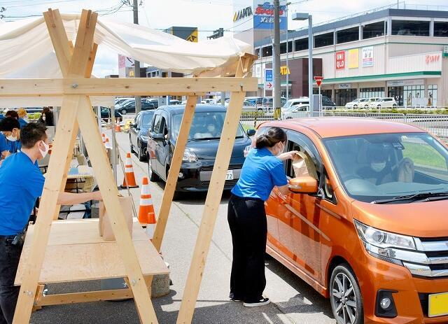 ドライブスルー方式でスイーツを販売したイベント=6月20日、福井県福井市大和田2丁目の福井新聞社駐車場
