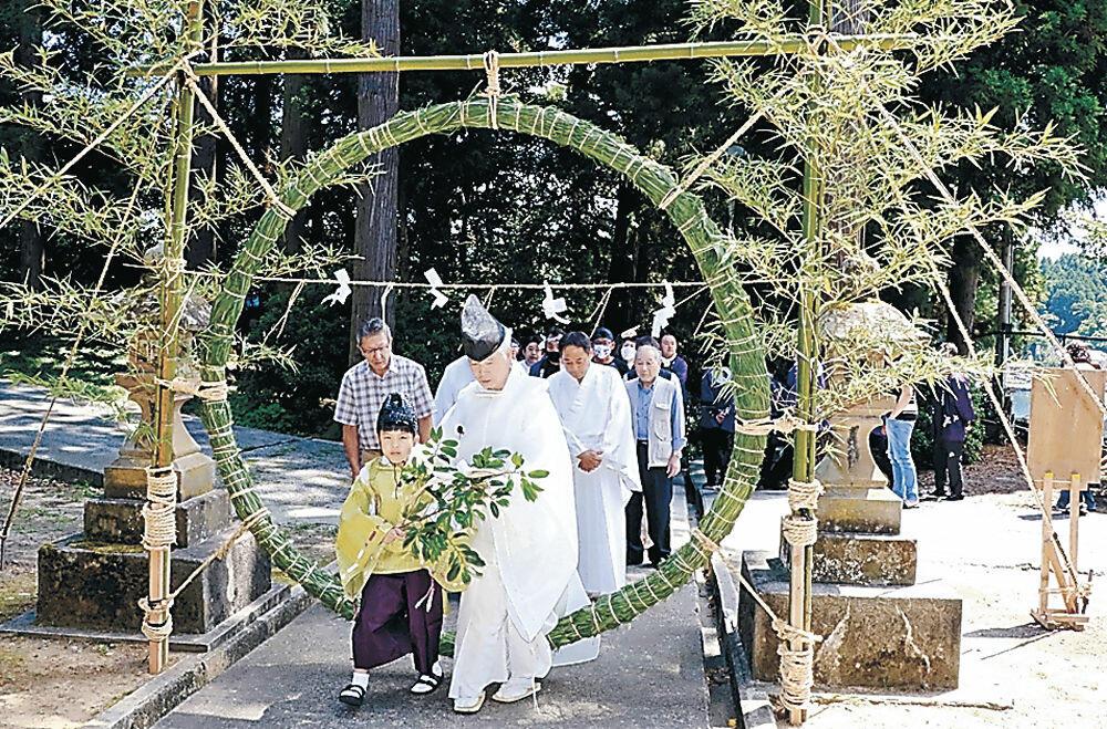 茅の輪をくぐる氏子=能登町宇出津の酒垂神社