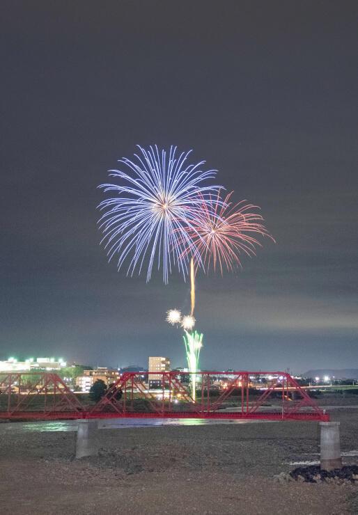 上田市の千曲川河川敷で打ち上げられた花火=20日午後8時、上田市御所