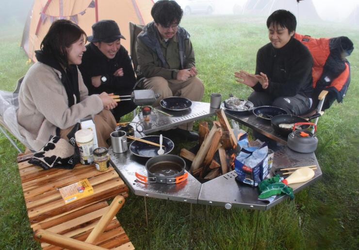 営業を再開した内山牧場キャンプ場で、朝食を楽しむ首都圏からの客